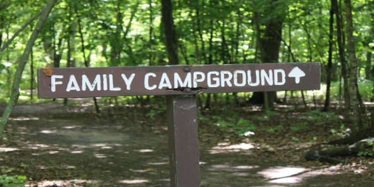 Wegweiser zum Campingplatz