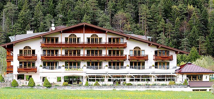 Hotelgebäude mit Balkon