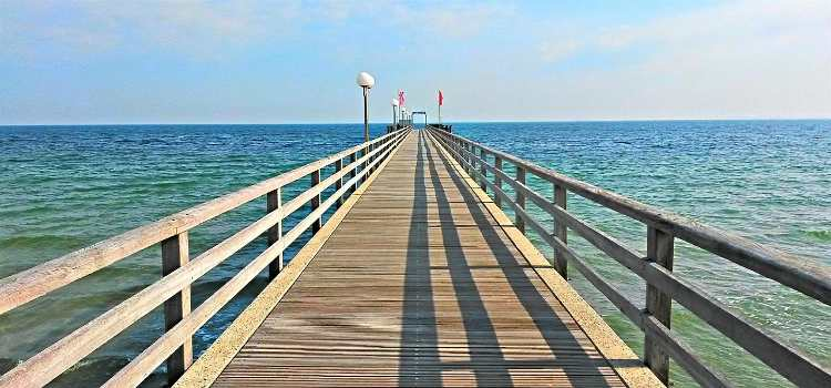 eine Brücke geht weit ins mehr hinein