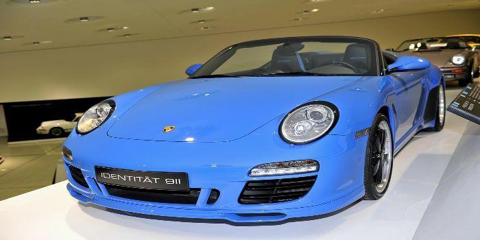 Bild von einem blauen Porsche