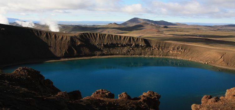 Bild von einem Krater halb gefüllt mit Wasser