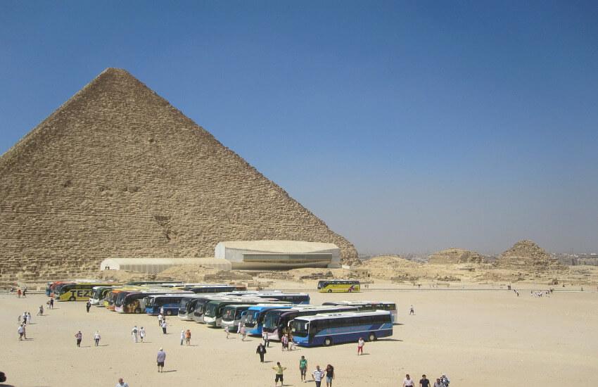 Viele Touristen tummeln sich zwischen Piramiden und Sehenswürdigkeiten von Ägypten.