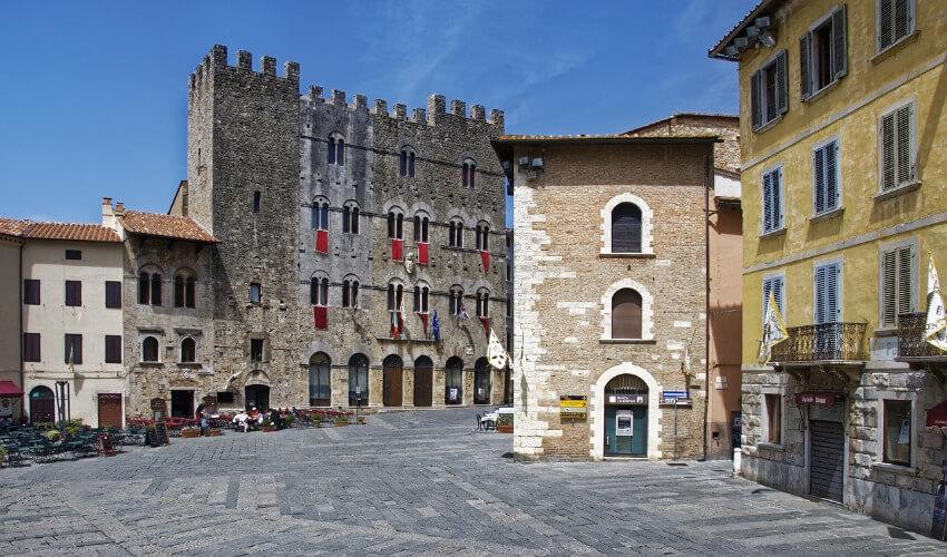 Ein schöner gepflasterter Platz umgeben von alten Gebäuden.