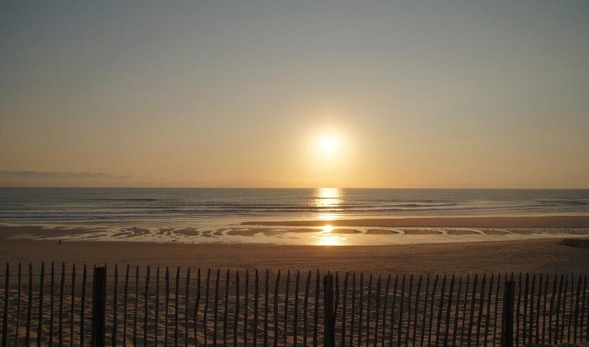 Ein leerer Strand im Sonnenuntergang.
