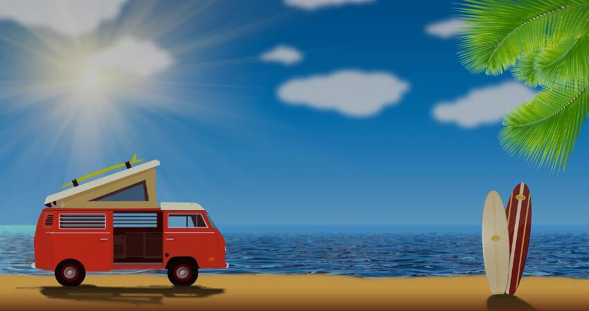 Ein VW Bus steht am Strand im Sonnenschein