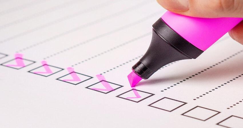 Die Checkliste wird mit einem pinken Stift abgehakt