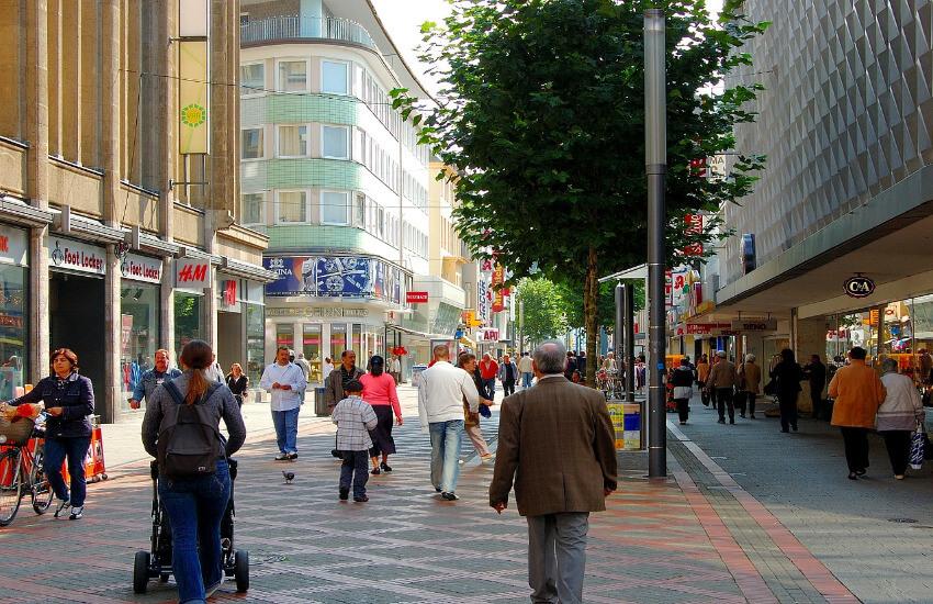 Eine Einkaufsstraße wo viele Menschen unterwegs sind