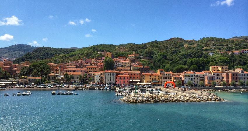 Ein kleiner Ort an der Küste von Elba.