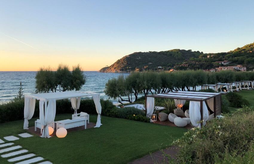 Ein schöner Garten vor einer Villa mit Blick auf das Meer.