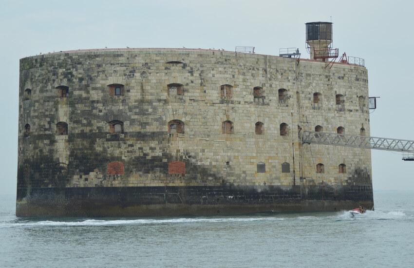 Eine ovale Festung mitten im Meer.