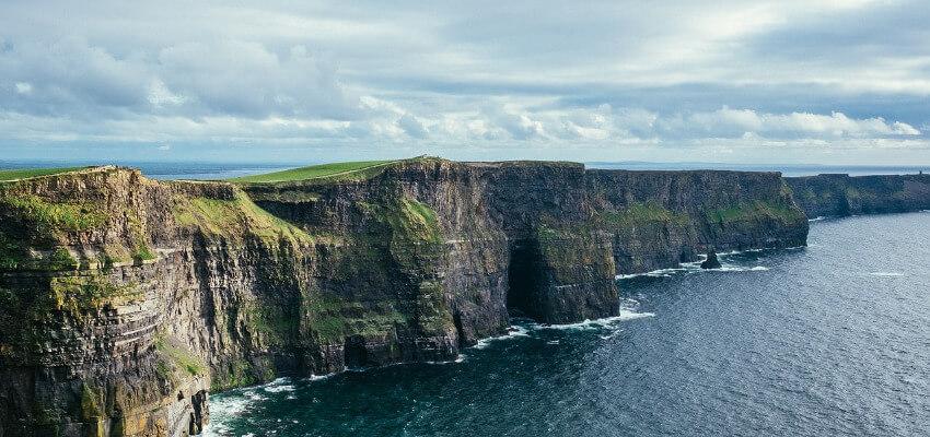 Bild von fast senkrechten Klippen in Irland