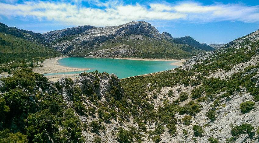 Einsame Bucht in Mallorca umgeben karg bewachsenen Bergen