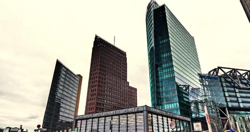 Bahnhof Potsdamer Platz mit drei Wolkenkratzer im Hintergrund.
