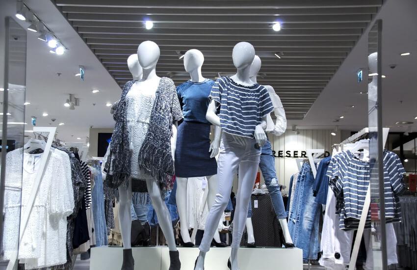 Schaufenster mit moderner Damenmode
