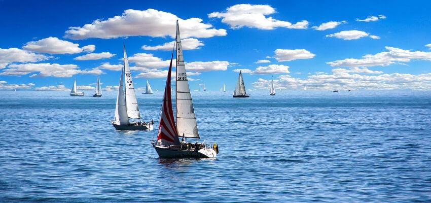 mehrere Segelboote auf dem offenen Meer