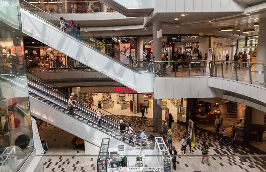 Gänge und Rolltreppen eines Shopping Center