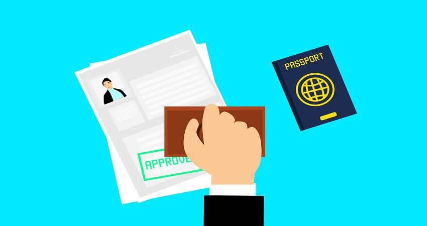 Ein Visumantrag, der als bestätigt gestempelt wird und daneben liegt ein Reisepass.