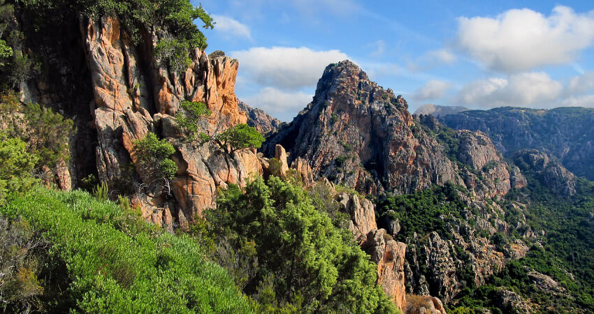 Verwitterte Felsen aus rotem Porphyrgestein in einer schönen Felsformation.