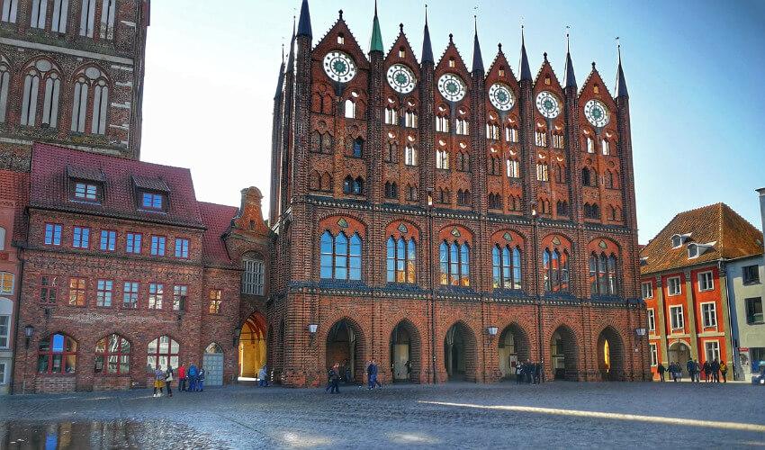Das Rathaus in Stralsund mit seiner Prunkfassade.