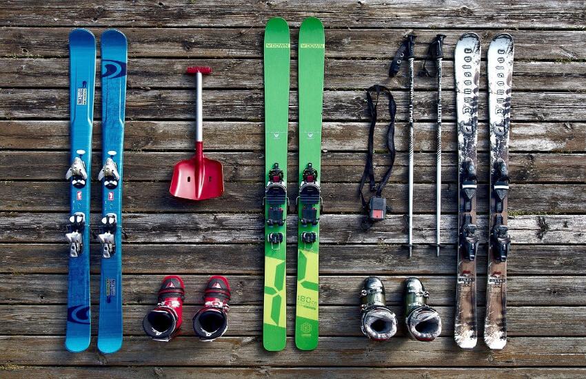 Drei paar Ski, Skistöcke und zwei paar Skischue