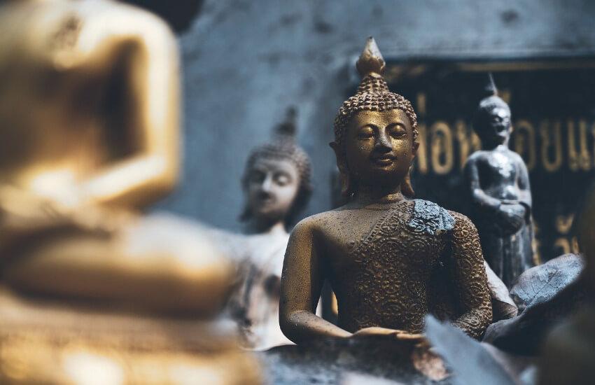 Vier kleine Buddha Statuen.