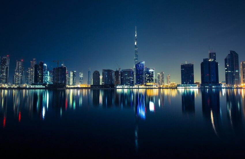 Nachtaufnahme der beleuchtete Skyline von Dubai.