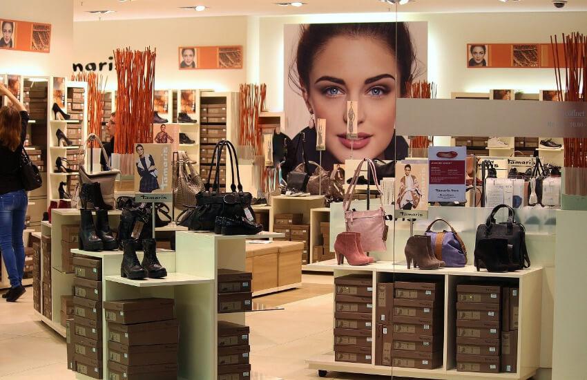 Ein Geschäft, wo Schuhe und Taschen ausgestellt sind.