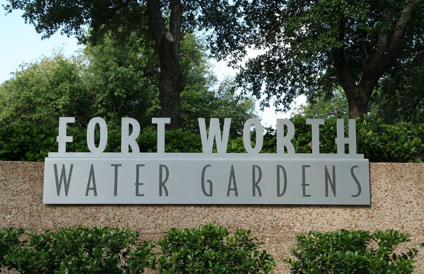 Schild vorm Eingang mit der Aufschrift Fort Worth Water Garden.