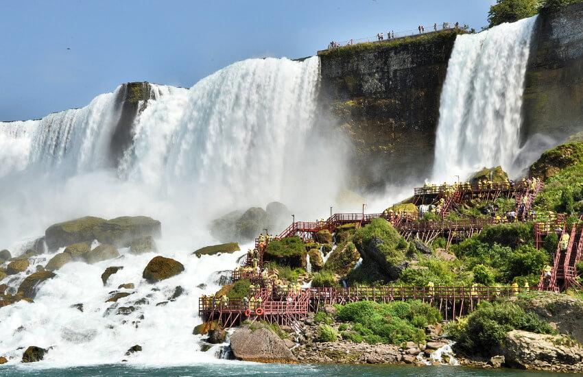 Stiegen und Geländer direkt neben den Niagarafällen für Touristen.