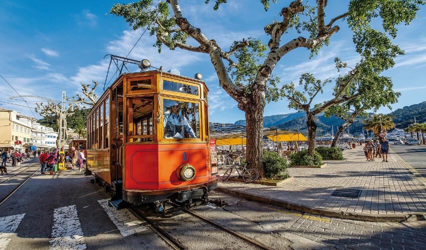 Eine mit Holz verkleidete Straßenbahn.